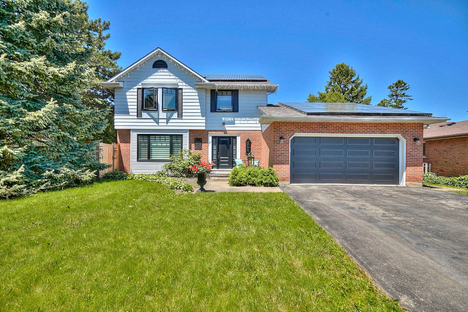 <h3>SOLD</h3><p>17 Lower Canada Drive, Niagara-On-The-Lake, Ontario</p>